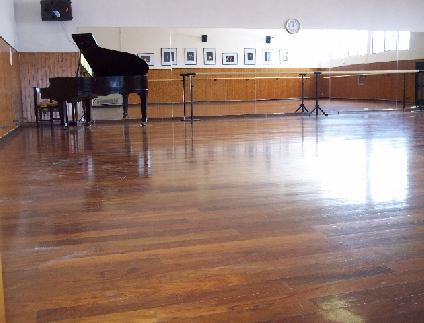 la sala danza grande con il pianoforte dove organizziamo gli esami RAD